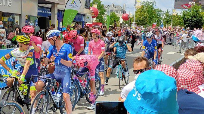 Le peloton au départ de la 4è étape du Tour à Redon